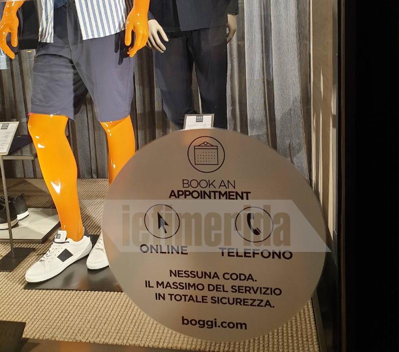 Βιτρίνα καταστήματος στη Ρώμη που ενημερώνει τους πελάτες για το click in shop