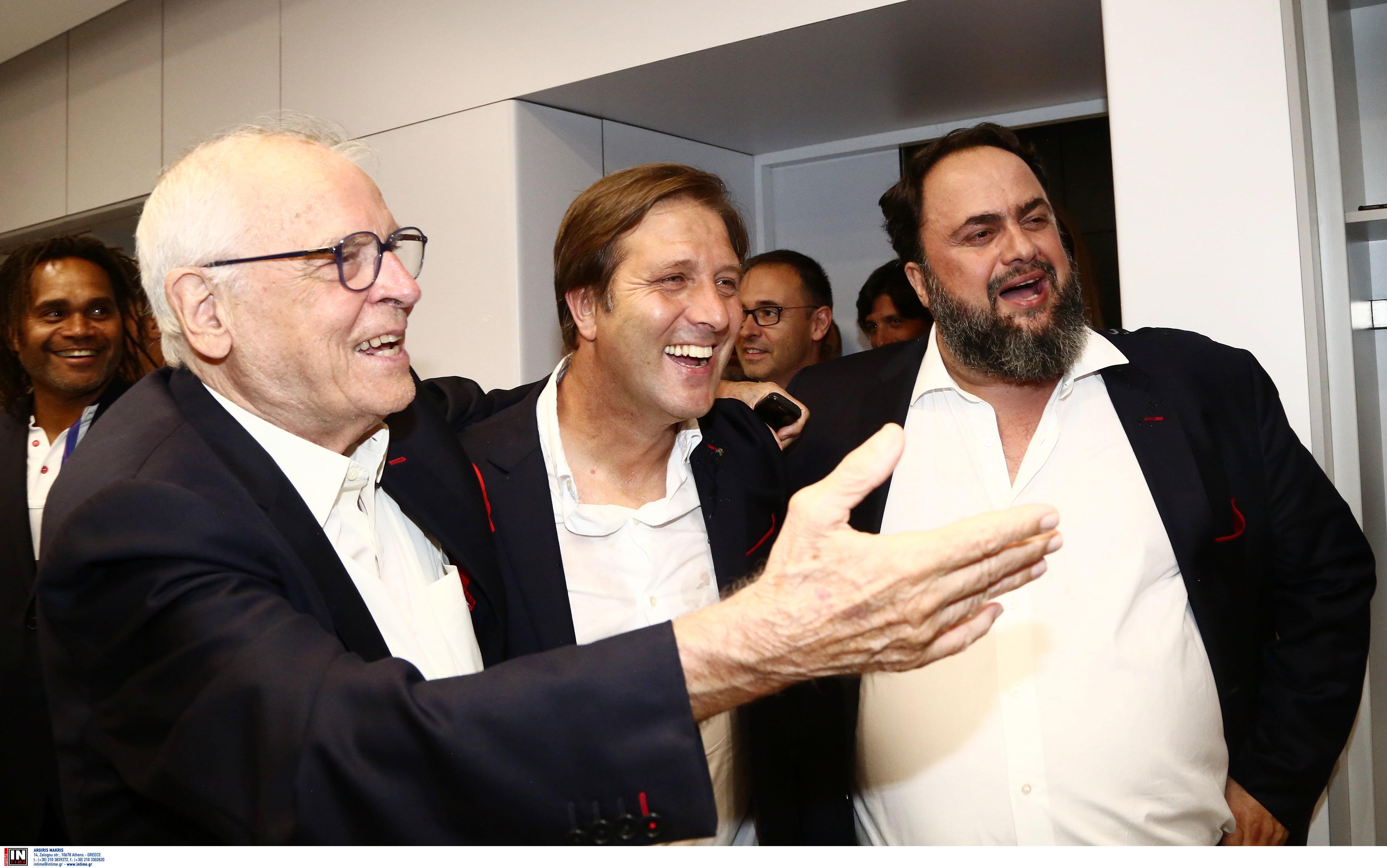 Ο Σάββας Θεοδωρίδης, με τον προπονητή του Ολυμπιακού Πέδρο Μαρτίνς και τον Βαγγέλη Μαρινάκη