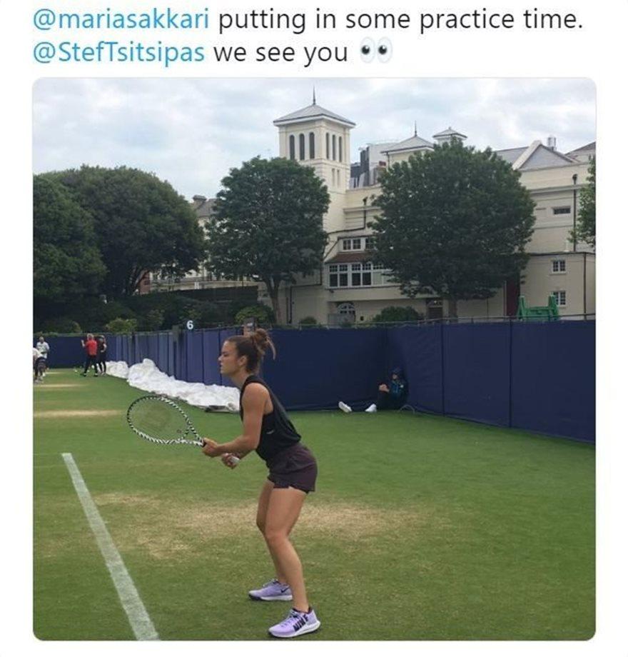 Η Μαρία Σάκκαρη κάνει προπόνηση τένις, ενώ μια φιγούρα ενός άνδρα που μοιάζει στον Στέφανο Τσιτσιπά είναι στη γωνία...