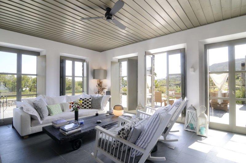Το σαλόνι με λευκά έπιπλα
