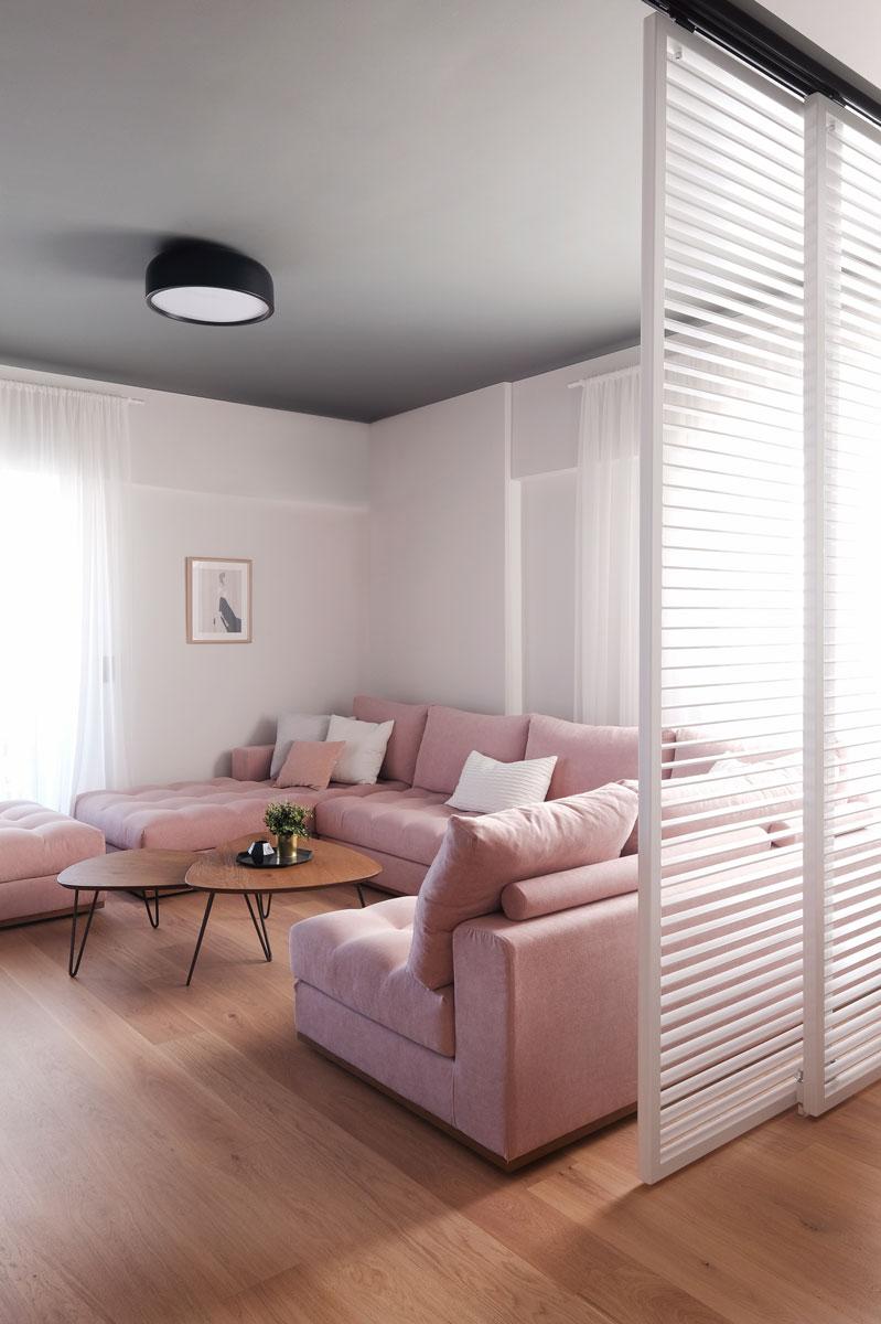 Σαλόνι με ροζ καναπέ