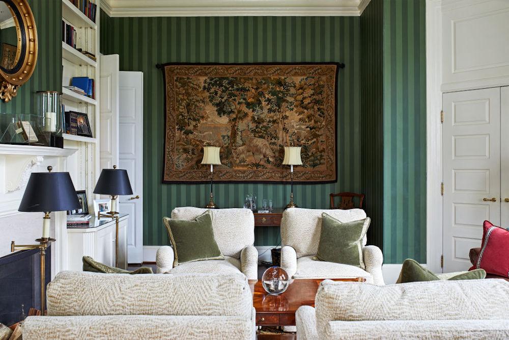 Ταπετσαρία σε πράσινη απόχρωση και κλασικά έπιπλα σε έναν από τους χώρους, όπως διαμορφώθηκε όσο στην οικία διέμενε ο Μάικ Πενς