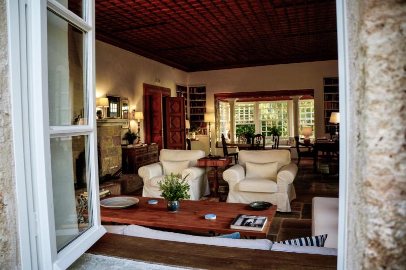 Άποψη του σαλονιού της οικίας του Πάτρικ Λι Φέρμορ με το ξύλο και την πέτρα να κυριαρχούν