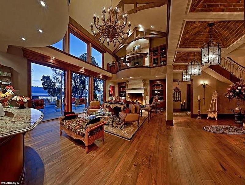 Το εντυπωσιακό σαλόνι της έπαυλης αξίας 14,1 εκατομμυρίων δολαρίων όπου διαμένουν ο πρίγκιπας Χάρι και η Μέγκαν Μαρκλ