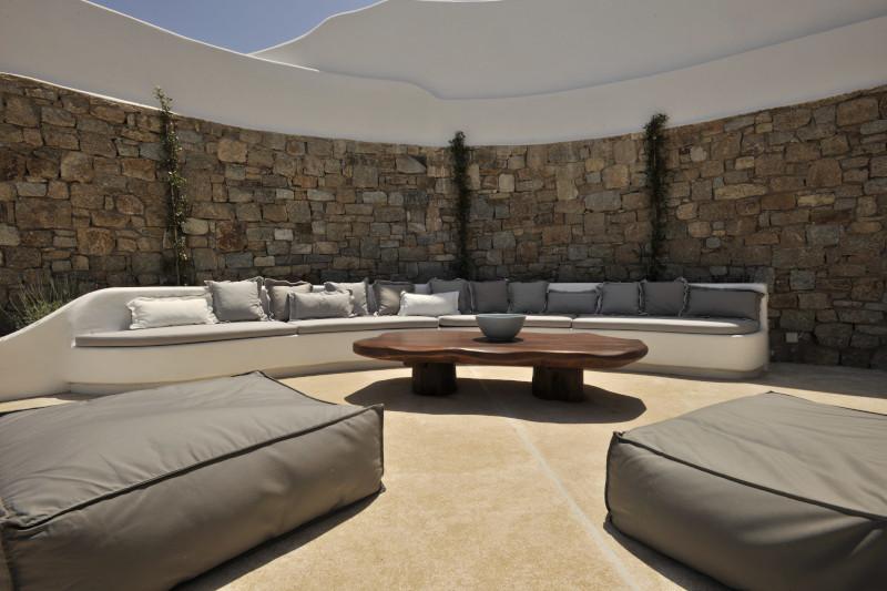 Καναπές σε βεράντα βίλας