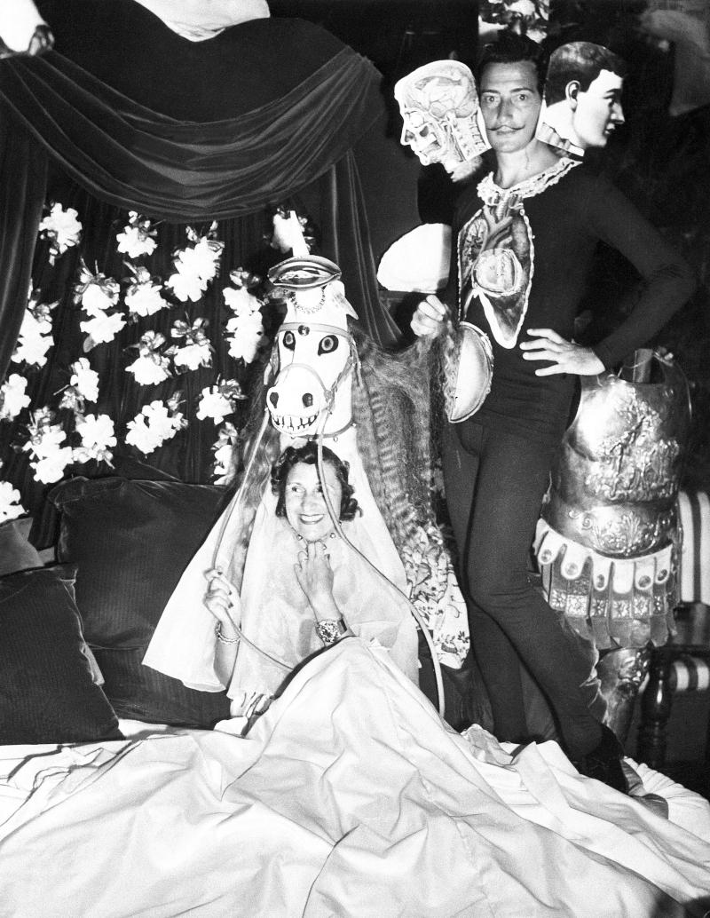 Ο Σαλβαντόρ Νταλί με τη σύζυγό του Γκαλά, σε ένα από τα πάρτι που είχε διοργανώσει.
