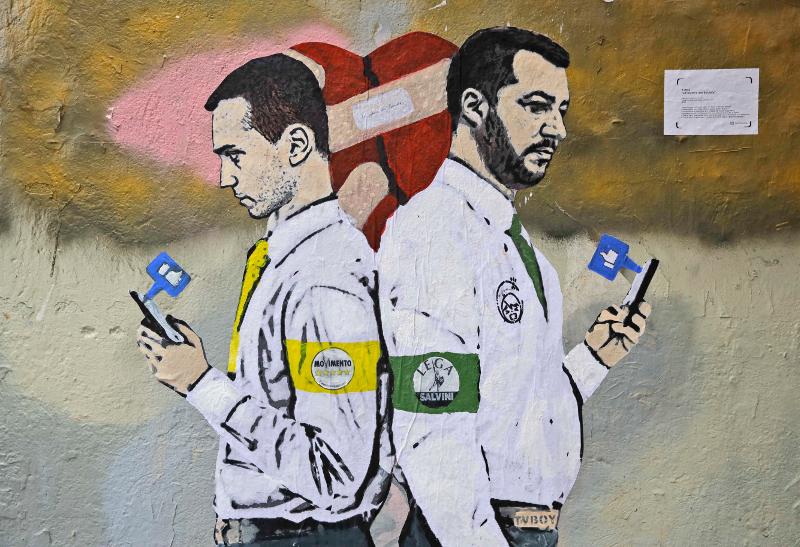 Λουίτζι Ντι Μάιο και Ματέο Σαλβίνι με τις πλάτες στραμμένες ο ένας στον άλλο σε γκράφιτι τοίχου στη Ρώμη