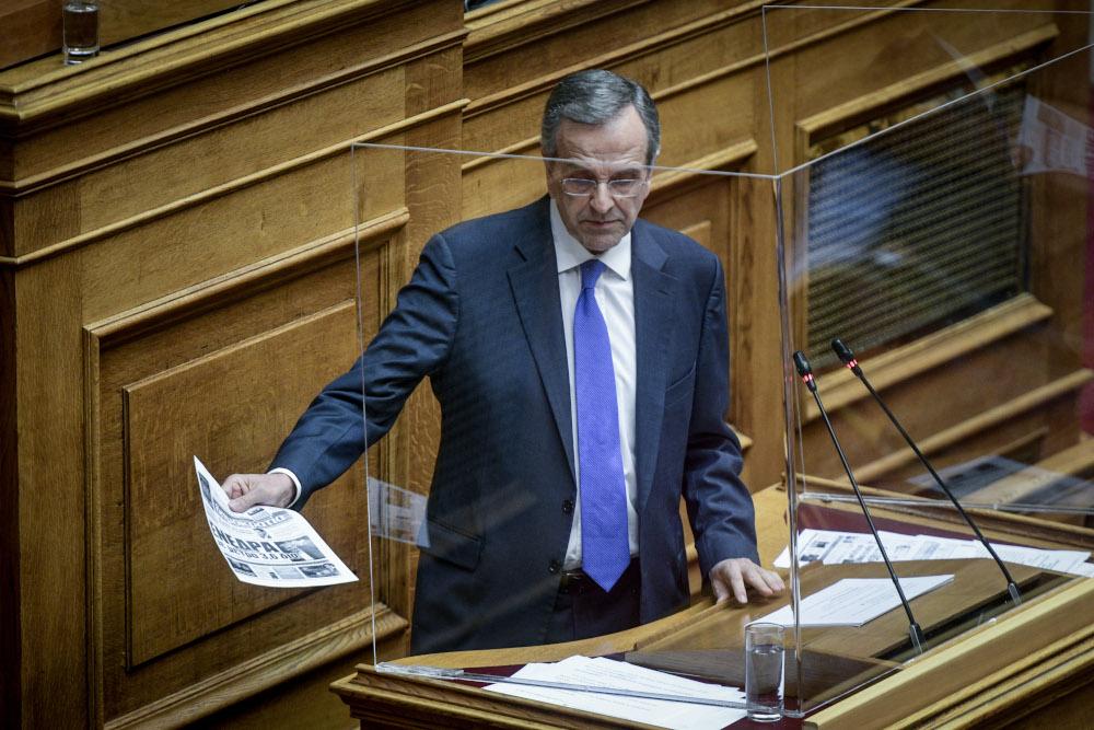 Ο Αντώνης Σαμαράς κρατά ένα απόκομμα εφημερίδας στη Βουλή