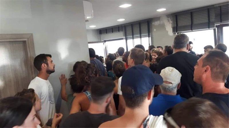 Επιβάτες του πλοίο AZORES EXPRESS που δεν κατάφερε να «δέσει» στη Σαμοθράκη