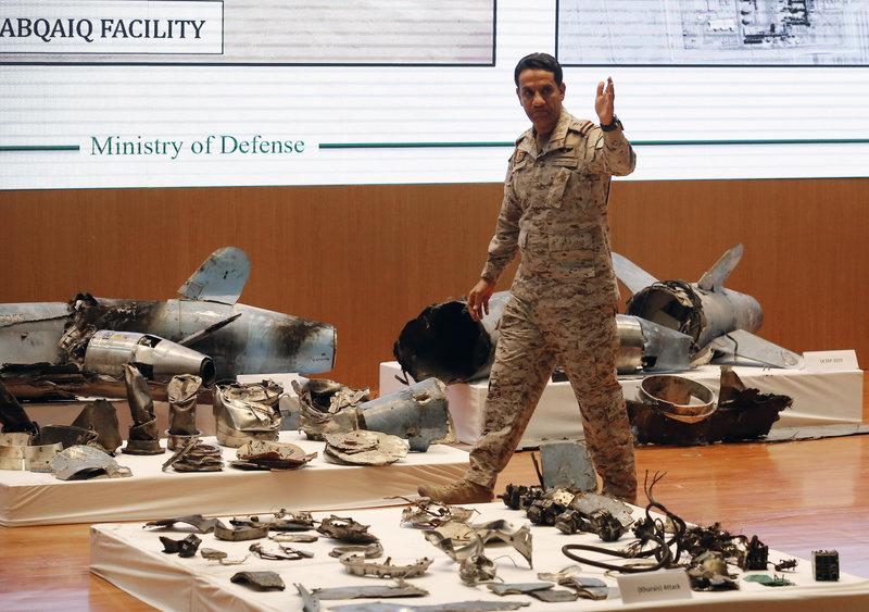 Σαουδάραβας δείχνει συντρίμμια όπλων από την επίθεση
