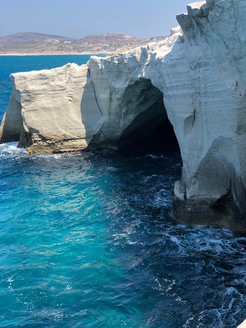 Λευκά βράχια και κρυστάλλινα νερά.