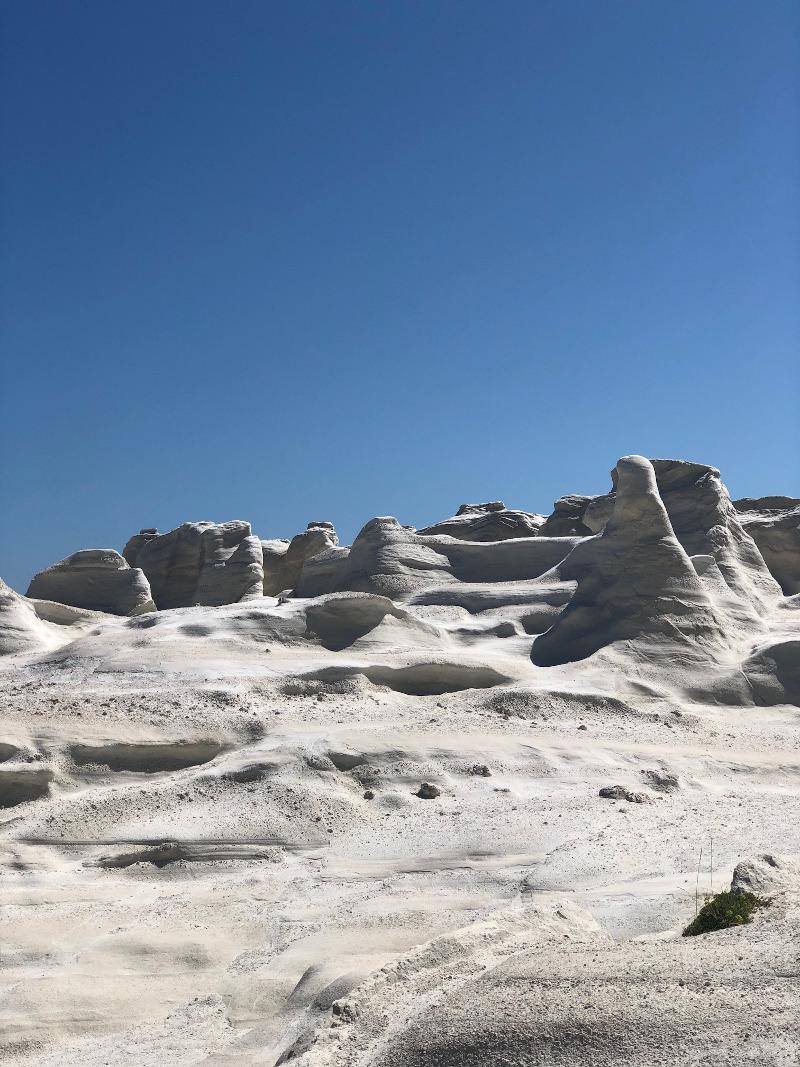 Ηφαιστειογενή βράχια λευκού χρώματος που μαγεύουν τους επισκέπτες.
