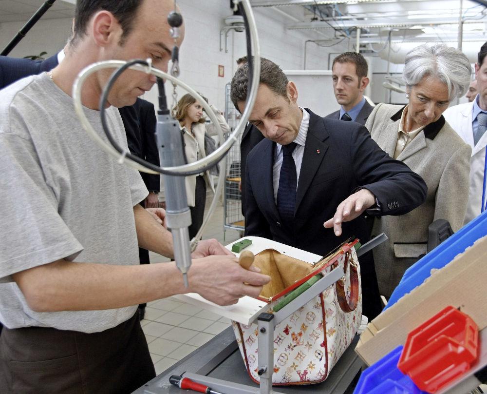 Από παλιότερη επίσκεψη του πρώην Γάλλου προέδρου Νικολά Σαρκοζί σε εργοστάσιο της Louis Vuitton στη Γαλλία