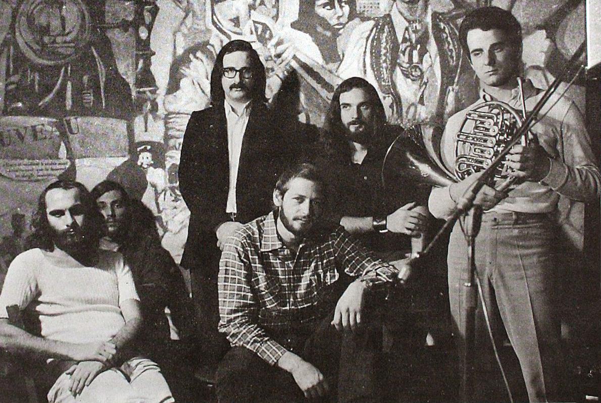 Ο Διονύσης Σαββόπουλος, με το συγκρότημα Μπουρμπούλια, στο Rodeo (Χειμώνας 1969-70). Πίσω τους, έργο του αρχιτέκτονα Ηλία Παπαγιαννόπουλου (Ο Σαββόπουλος και ο Κόσμος του,1969) το οποίο και κοσμούσε τοίχο του κλαμπ.
