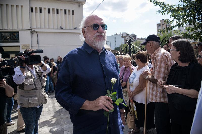 Ο Διονύσης Σαββόπουλος με ένα τριαντάφυλλο στο χέρι