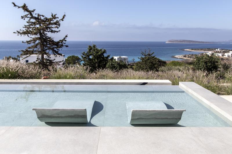 Πισίνα με θέα το Αιγαίο