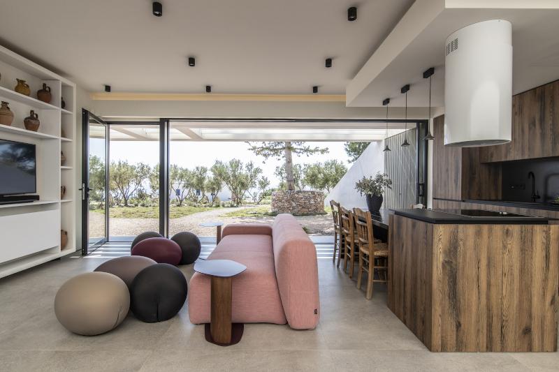 Καθιστικό σπιτιού με ροζ καναπέ