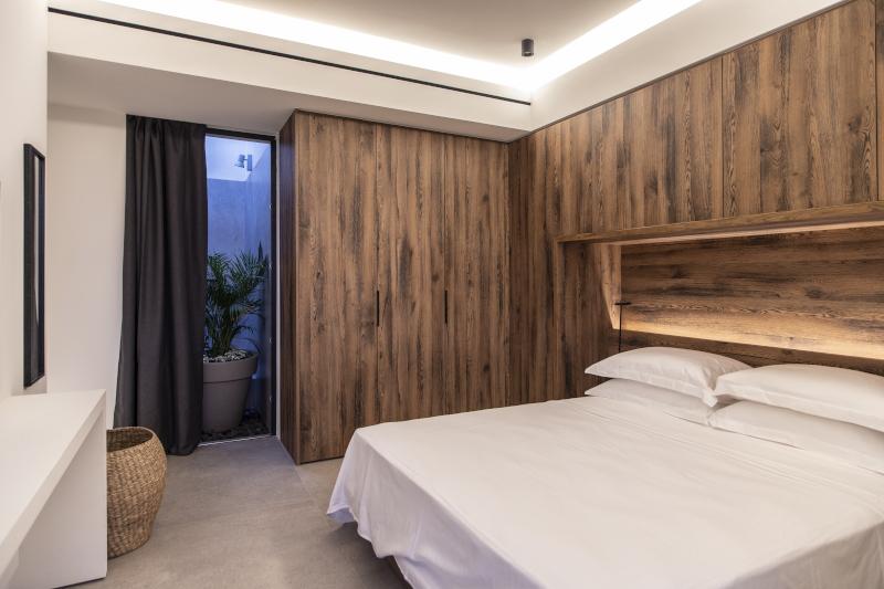Υπνοδωμάτιο με ξύλινους τοίχους
