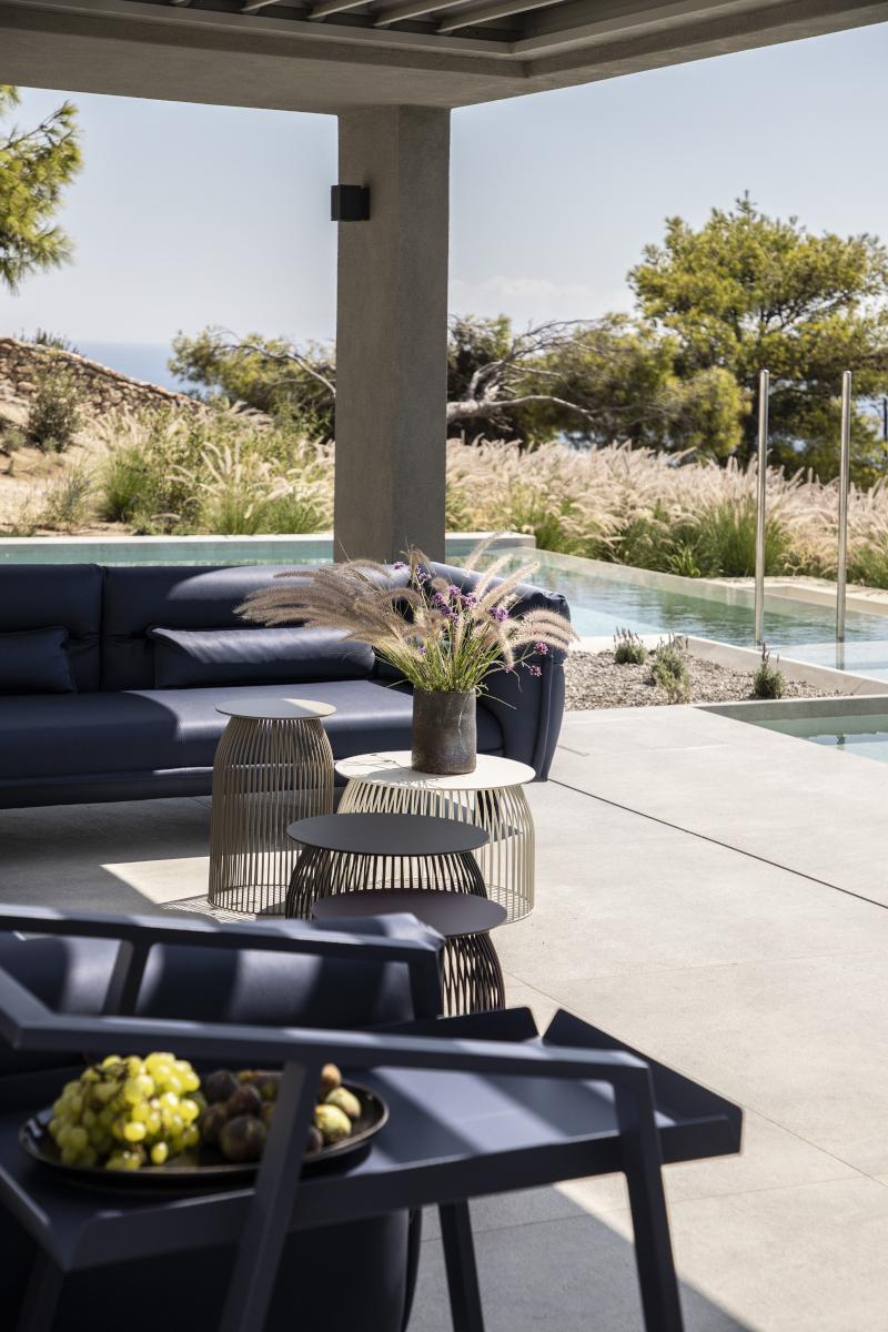 Βεράντα με μπλε καναπέδες
