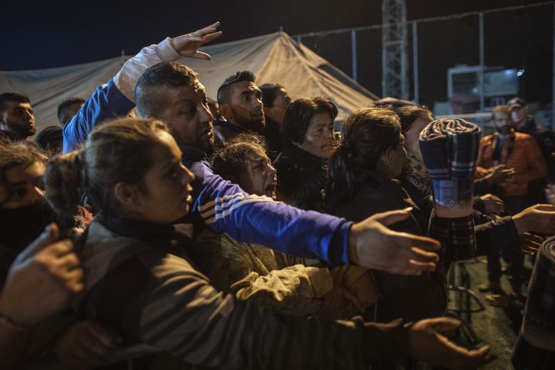 Κόσμος στην ουρά για μια κουβέρτα στην Αλβανία μετά τον σεισμό