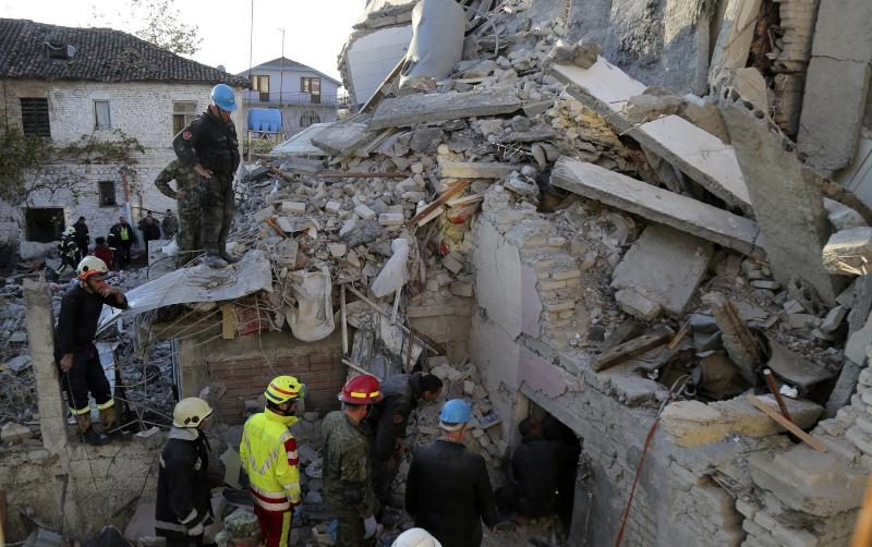 Σωστικά συνεργεία αναζητούν για εγκλωβισμένους μετά την σεισμική δόνηση