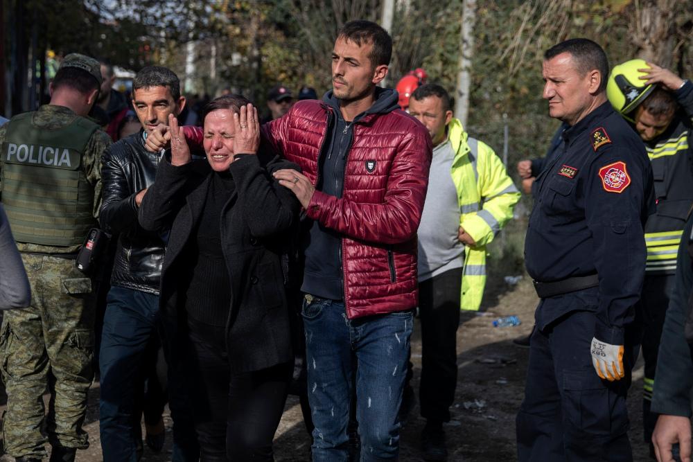 Συγγενείς θυμάτων κλαίνε από την απώλεια στο σεισμό της Αλβανίας