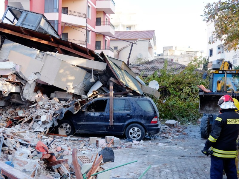 Σπίτι κατέρρευσε από το σεισμό και καταπλάκωσε αυτοκίνητο