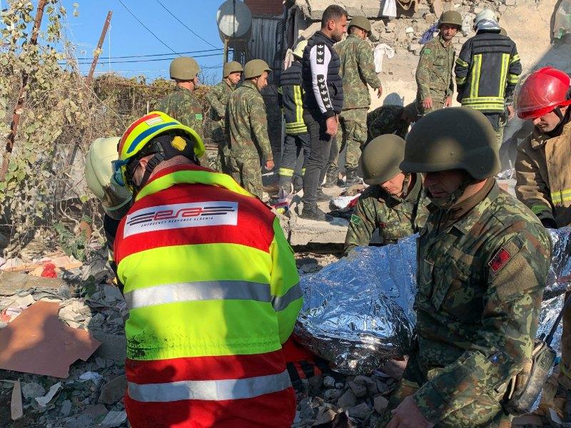 Τα σωστικά συνεργεία αναζητούν επιζώντες στα ερείπια κτιρίων στην Αλβανία