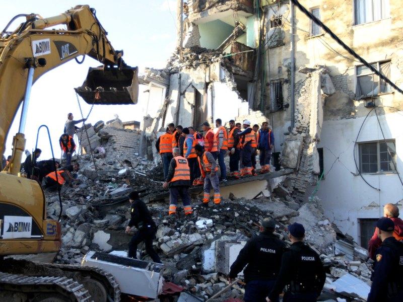 Αναζητώντας επιζώντες ανάμεσα στα συντρίμμια κτιρίου στην Αλβανία
