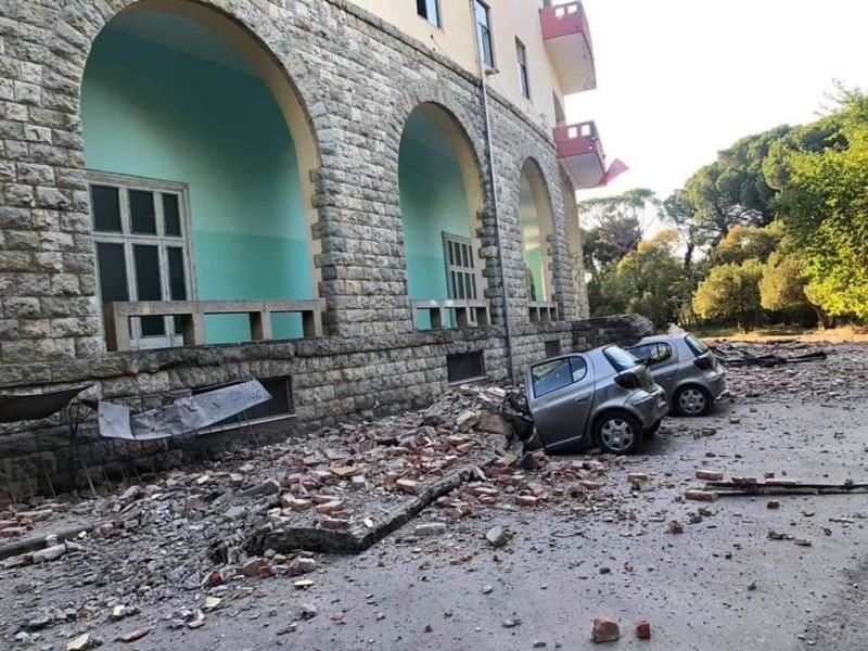 Το αυτοκίνητο κόπηκε στα δύο από τον ισχυρό σεισμό / Φωτογραφία: faktor.al