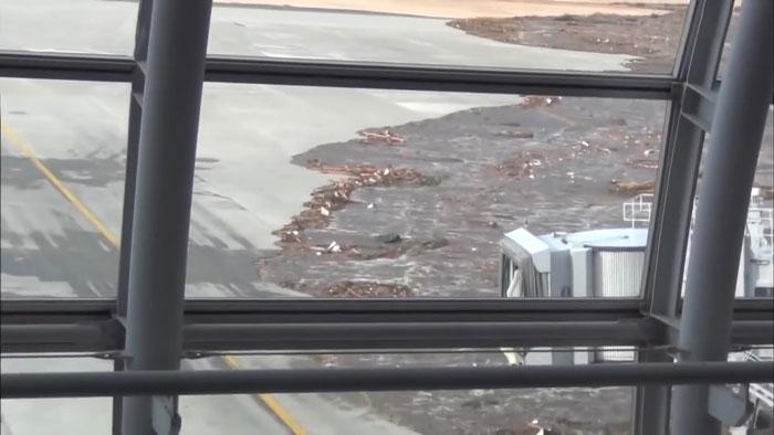 Τα κύματα από το τσουνάμι πλησιάζουν στους διαδρόμους προσγείωσης μεταφέροντας πολλά συντρίμμια
