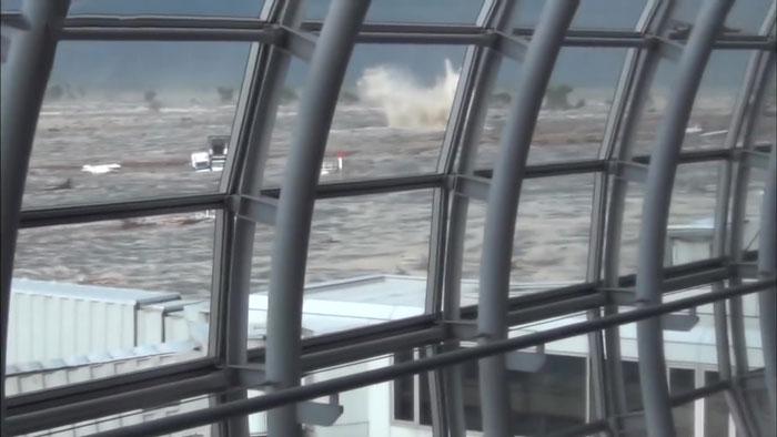 Τα πάντα διαλύονται στο πέρασμα του τσουνάμι
