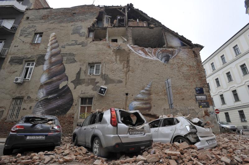Κομμάτια από μισογκρεμισμένο κτίριο έπεσαν σε αυτοκίνητα