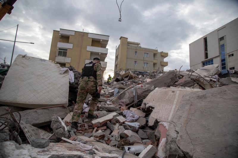 Σωστικό συνεργείο αναζητά επιζώντες στα ερείπια
