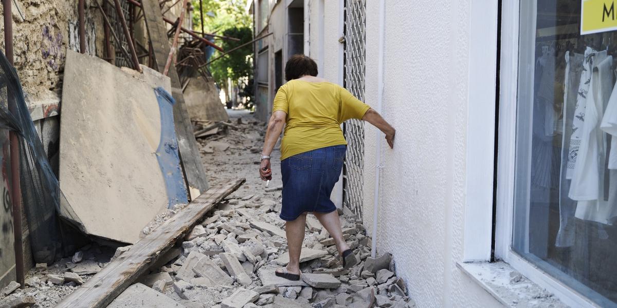 Γυναίκα ανάμεσα σε χαλάσματα στον Κεραμεικό από τον σεισμό στην Αθήνα -