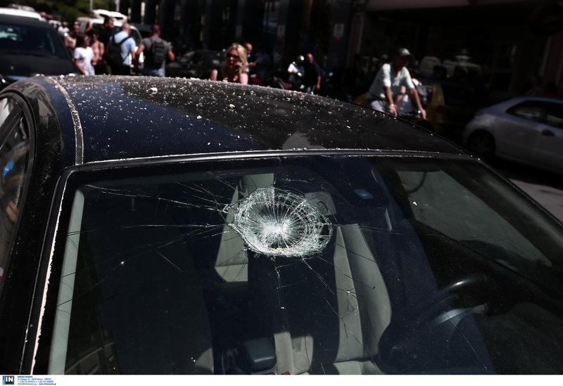 Σπασμένο παρμπρίζ αυτοκινήτου στο κέντρο της Αθήνας από σοβάδες που έπεσαν από τον σεισμό