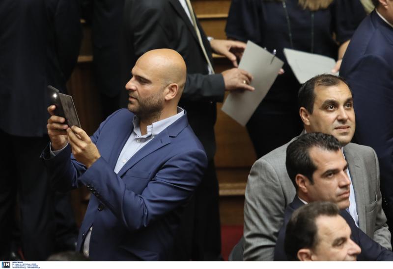 Ολοι οι νέοι βουλευτές ήθελαν να βγάλουν σέλφι μέσα στην Βουλή