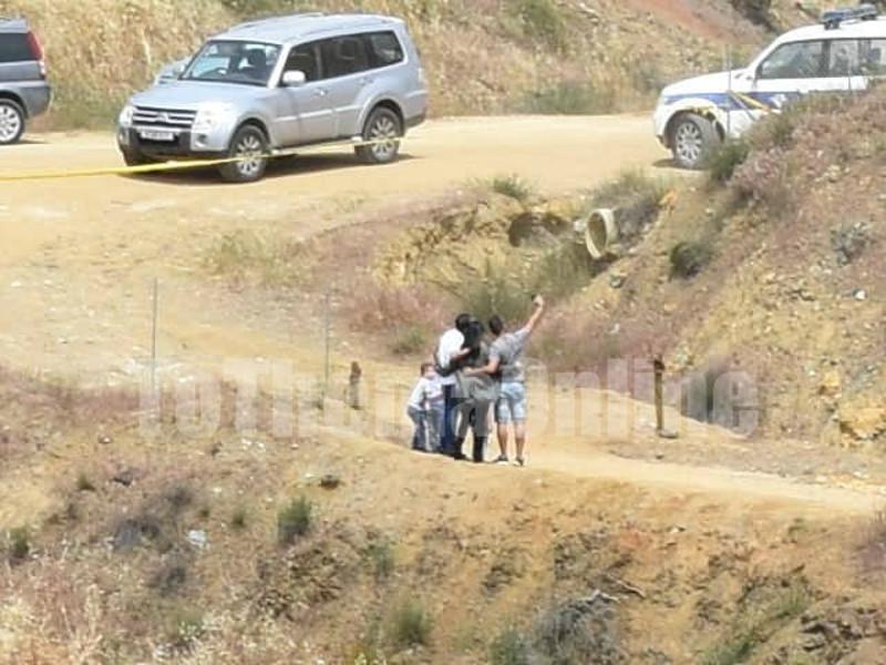 Οικογένεια βγάζει σέλφι στο σημείο της τραγωδίας