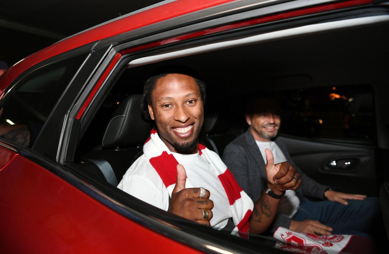 Ο Ρούμπεν Σεμέδο σε αυτοκίνητο με κασκόλ Ολυμπιακού