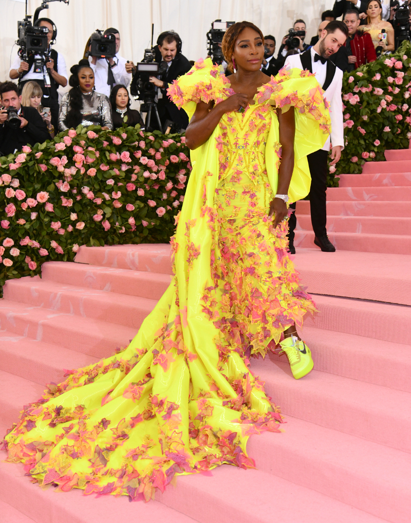 Η Σερένα Γουίλιαμς με κίτρινη τουαλέτα Versace διακοσμημένη με πεταλούδες