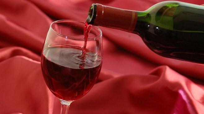 Σερβίρισμα κόκκινου κρασιού.