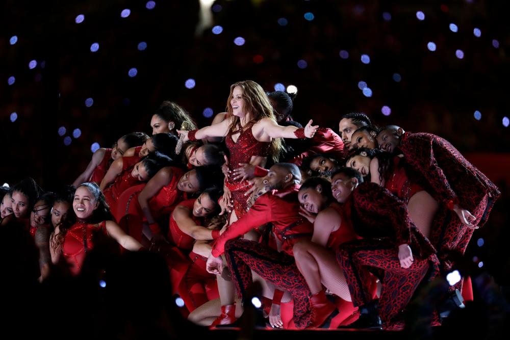 Η Σακίρα με χορεύτριες στο Super Bowl
