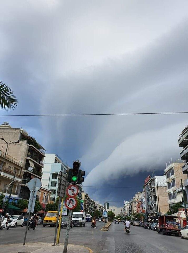 Η θέα του τεράστιου σύννεφου έκοψε την ανάσα. Στιγμιότυπο από την Καλλιθέα, στη Λεωφόρο Θησέως