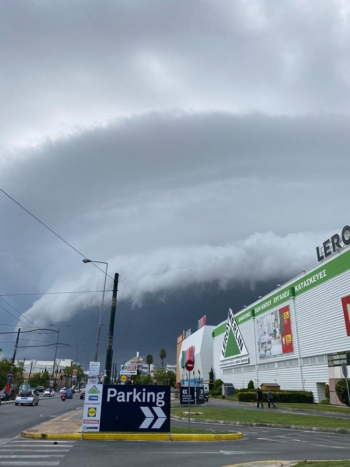 Απόκοσμο το θέαμα με το γιγαντιαίο σύννεφο στου Ρέντη