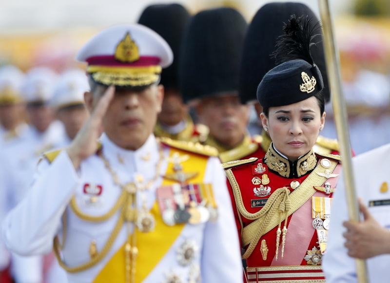 Η Σουτίντα στο πλευρό του βασιλιά της Ταϊλάνδης