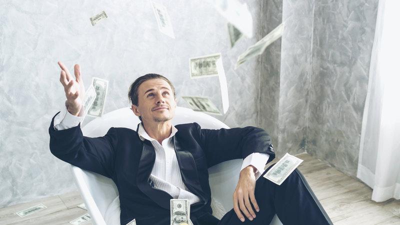άνδρας πετάει λεφτά στον αέρα