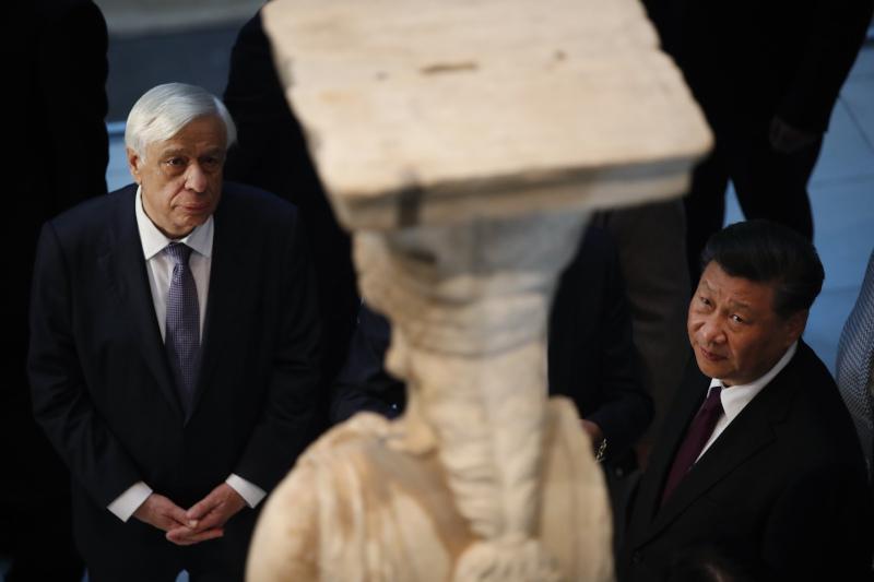 Ο Πρόεδρος της Δημοκρατίας μαζί με τον Κινέζο πρόεδρο μπροστά από τις Καρυάτιδες