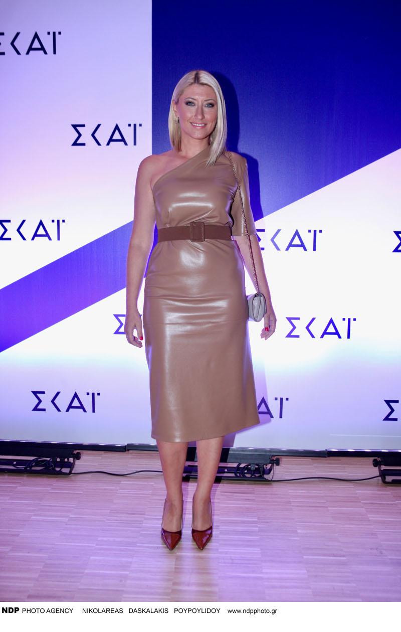 Η Σία Κοσιώνη με ταμπά φόρεμα