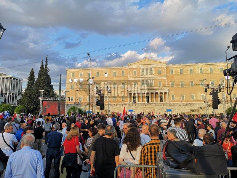 Εικόνες από το Σύνταγμα λίγο πριν ξεκινήσει η ομιλία του Αλέξη Τσίπρα