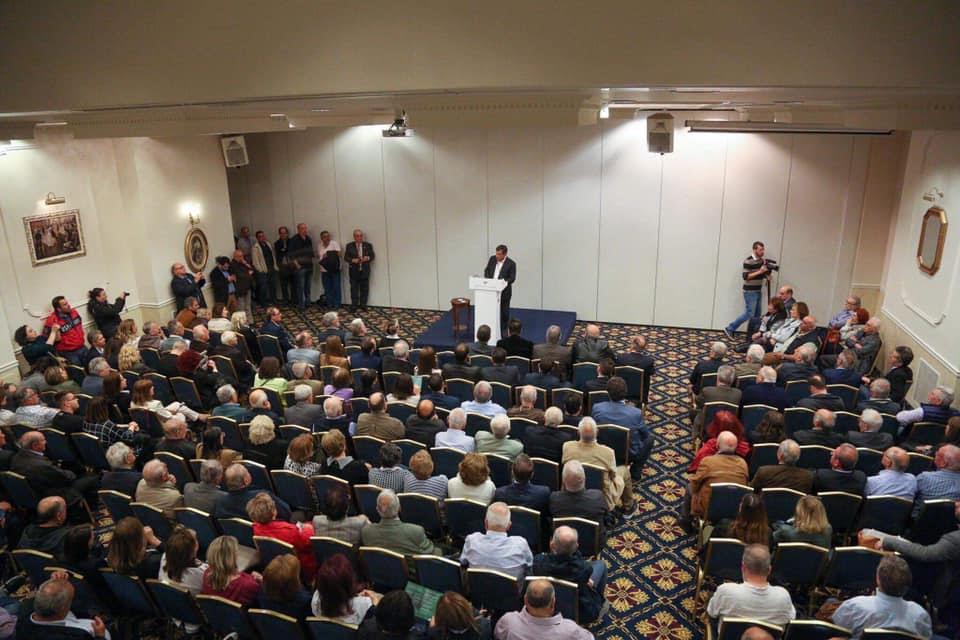 Ο Γιώργος Καμίνης απευθύνεται σε  κοινό που συγκεντρώθηκε για να τον ακούσει σε αίθουσα στο Ηράκλειο της Κρήτης